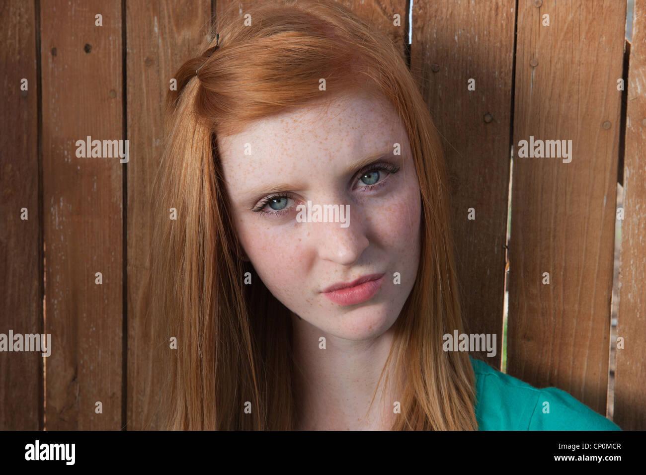 Quince años de edad, niña mirando confundido. Imagen De Stock
