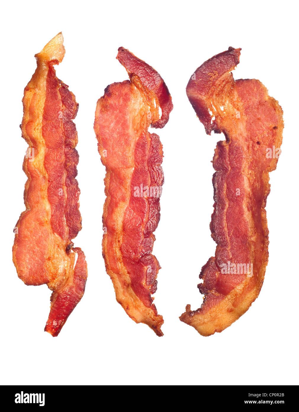Tres cocidos, fritos crujientes bacon aislado sobre un fondo blanco. Bueno para muchos salud y cocinar inferencias. Imagen De Stock