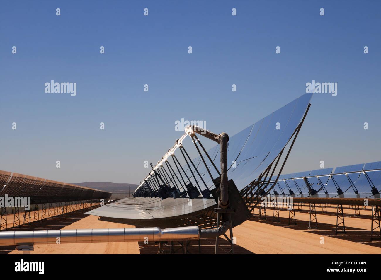 SEGS energía solar térmica planta de electricidad del desierto con espejos parabólicos concentrar Imagen De Stock