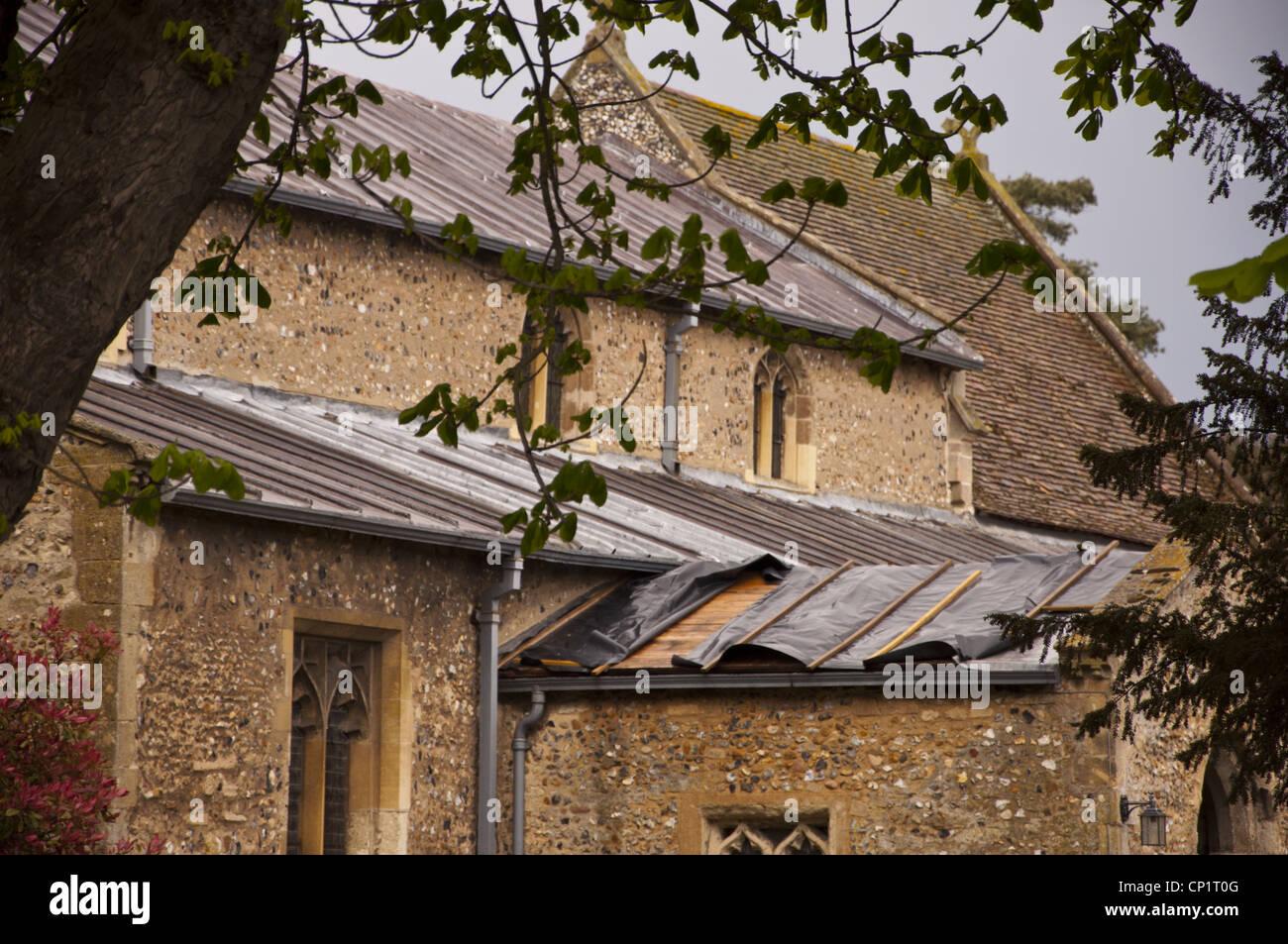 Lámina de plástico que cubre el techo de la iglesia después de que unos ladrones robaron plomo Foto de stock
