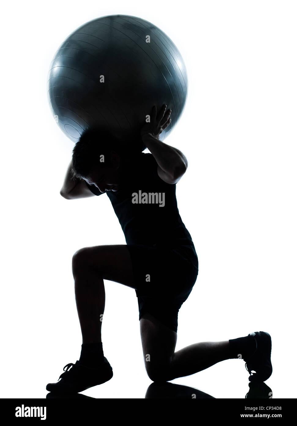 Uno n hombre entrenar sosteniendo la bola de fitness el ejercicio aeróbico ejercicios  postura ejercicios de 4e00682aa40c