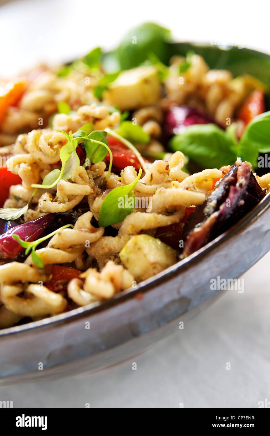 Trigo Entero spirali pasta con pisto de verduras fritas stir. Imagen De Stock