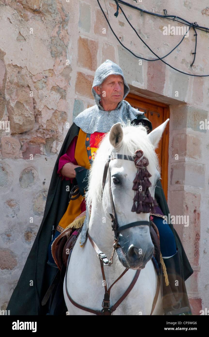 Hombre vestido con ropas medievales, rutas a caballo. Sigüenza, provincia de Guadalajara, Castilla La Mancha, Imagen De Stock