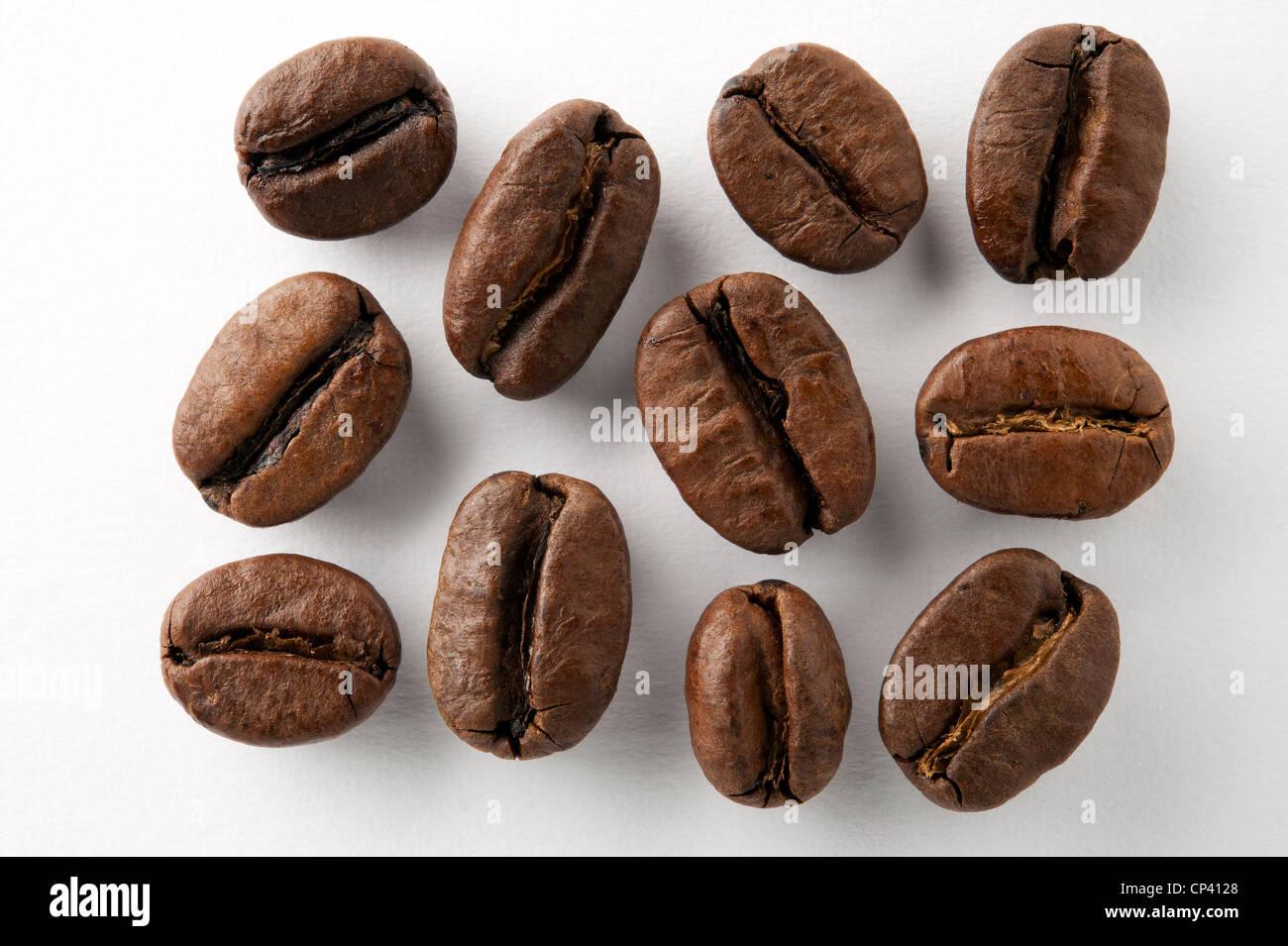 Los granos de café sobre fondo blanco. Foto de stock