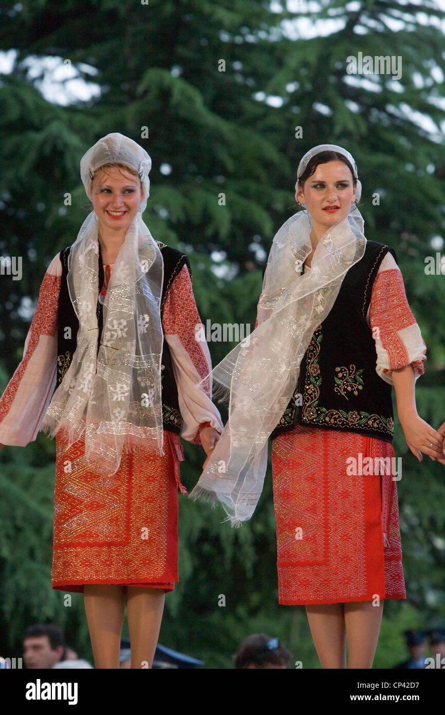 Bulgaria - Veliko T? Rnovo. Festival Internacional de Folklore. Mujeres rumanas en traje tradicional realizando Imagen De Stock