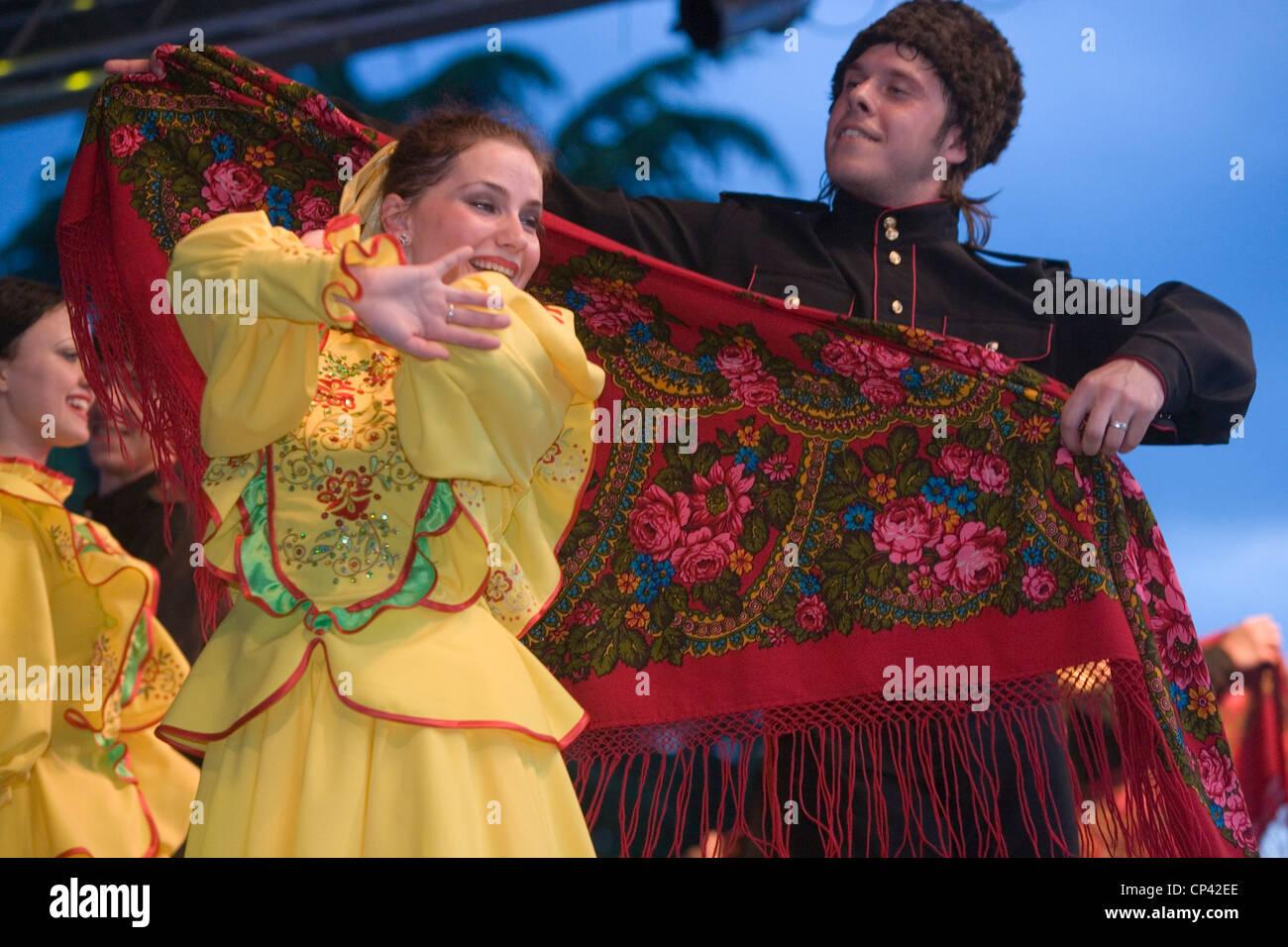 Bulgaria - Veliko T? Rnovo. Festival Internacional de Folklore. Los rusos en traje tradicional realizando una danza Imagen De Stock