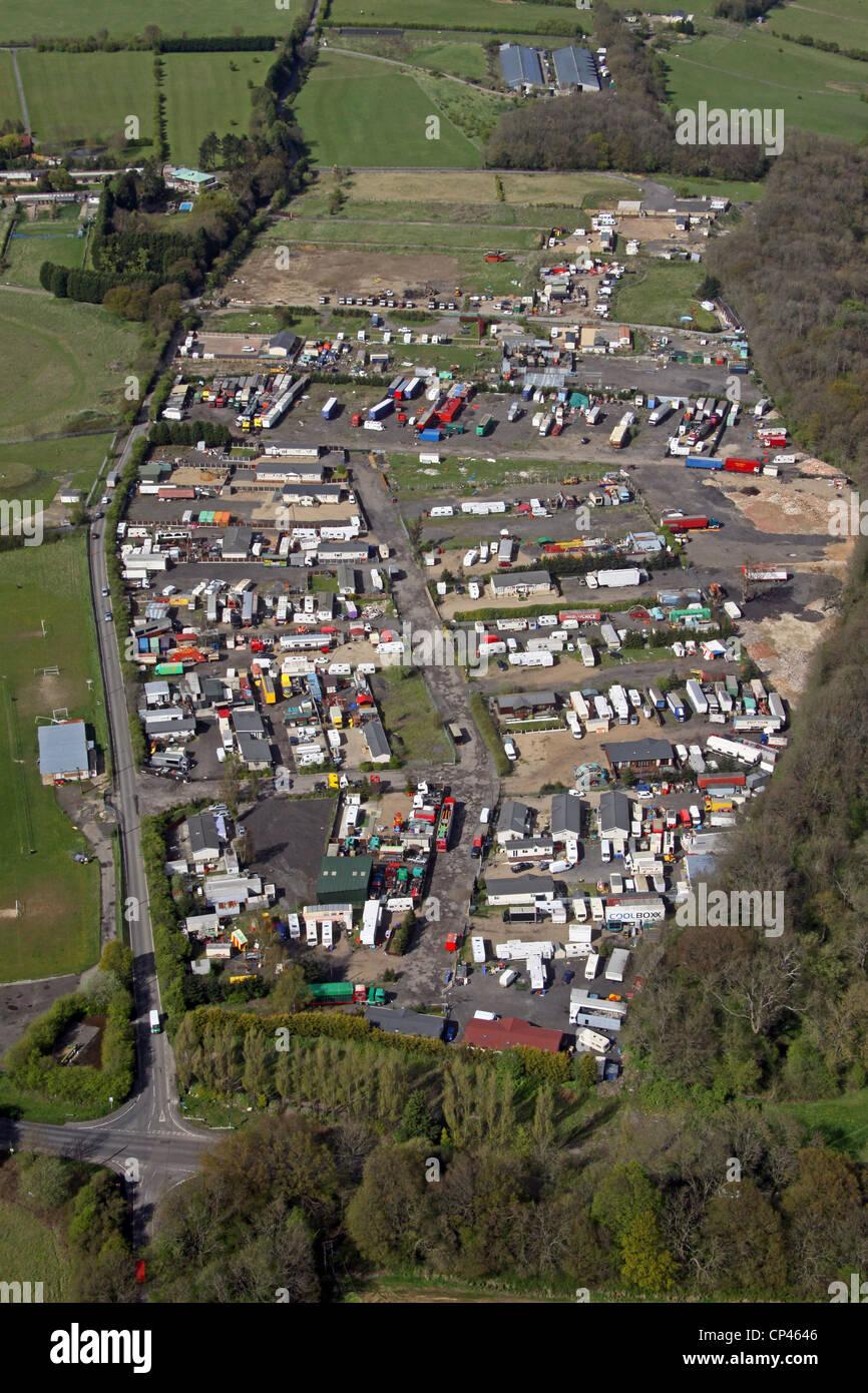 Vista aérea de un campamento de gitanos nómadas en el sitio New Addington, cerca de Croydon. Imagen De Stock