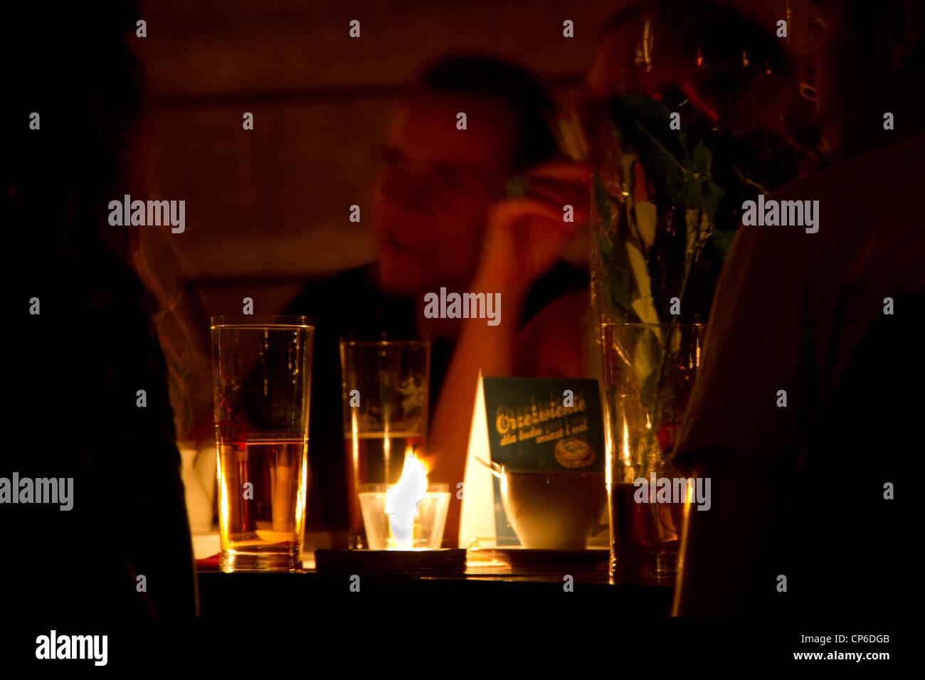 Las personas que beben en un bar en Cracovia, Polonia Imagen De Stock