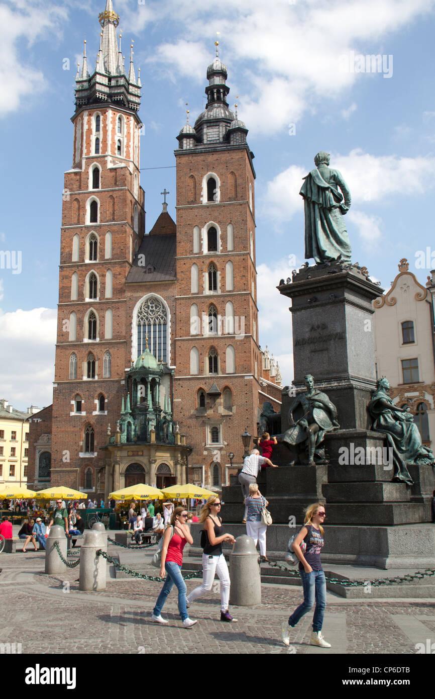 La plaza del mercado y la Basílica de Santa María, Cracovia, Polonia Imagen De Stock