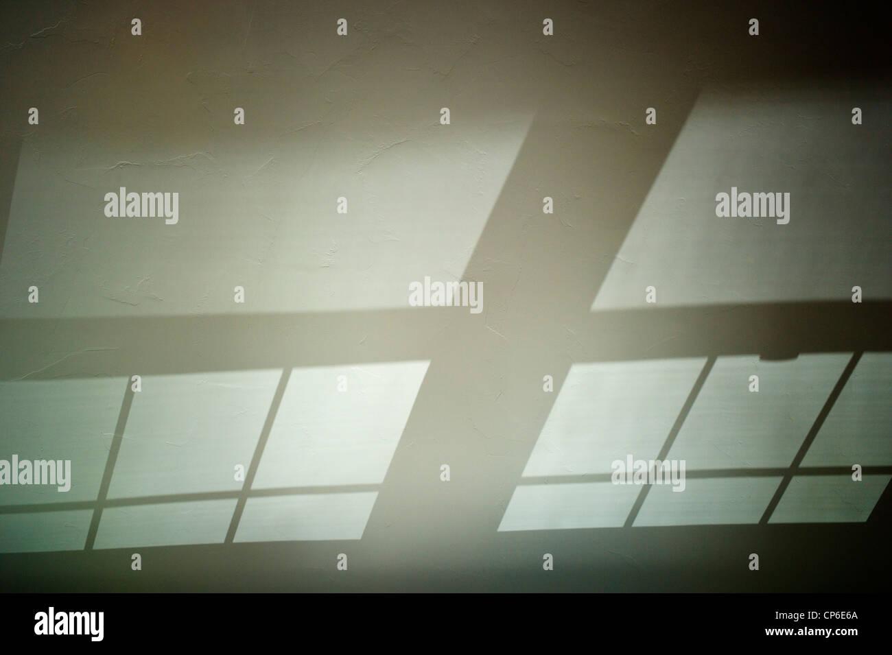 Reflejos, sombras y patrones de cristal fundido en el techo abovedado de una oficina en casa. Foto de stock