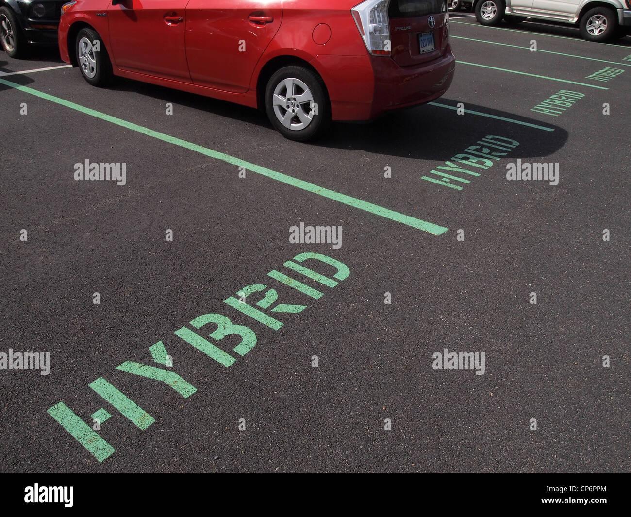 Toyota Prius aparcado en un espacio reservado para los vehículos híbridos, Nueva York, Estados Unidos, Imagen De Stock