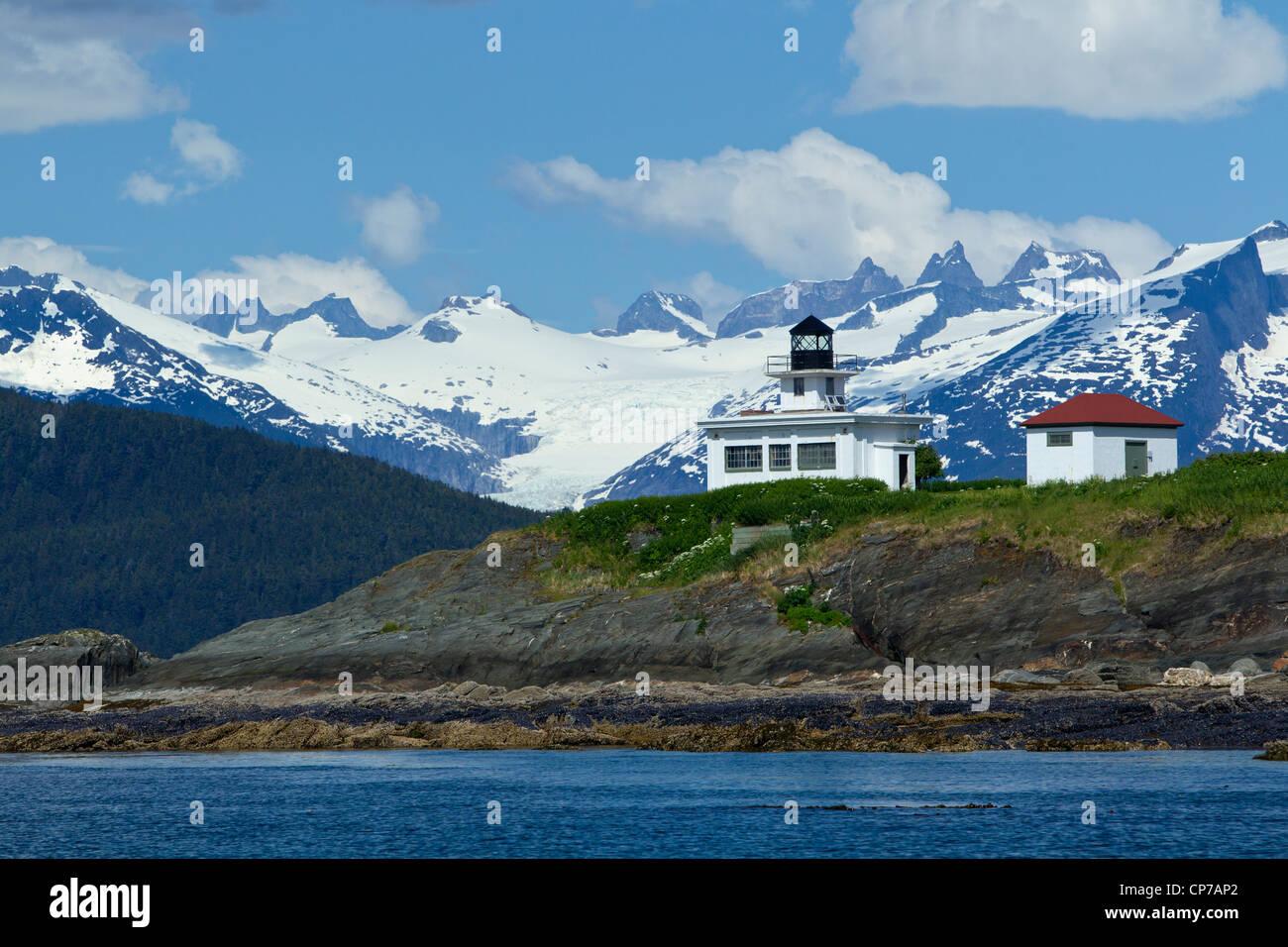 Vista escénica o retiro de punto Faro con Glaciar Águila y rango de la costa en el fondo, dentro del pasaje, Juneau, Alaska Foto de stock