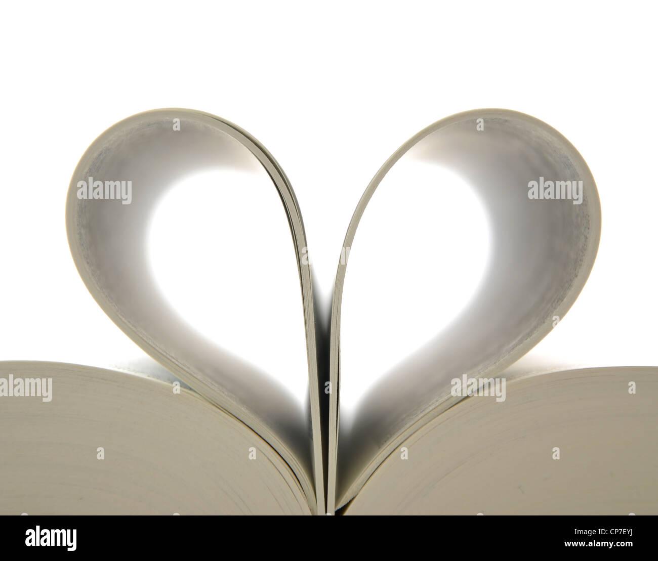 Libro con páginas abiertas y forma de corazón Foto de stock