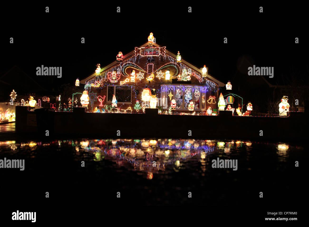 Las luces de Navidad en BUNGALOW RILLINGTON Yorkshire del norte el 30 de diciembre de 2011 Imagen De Stock