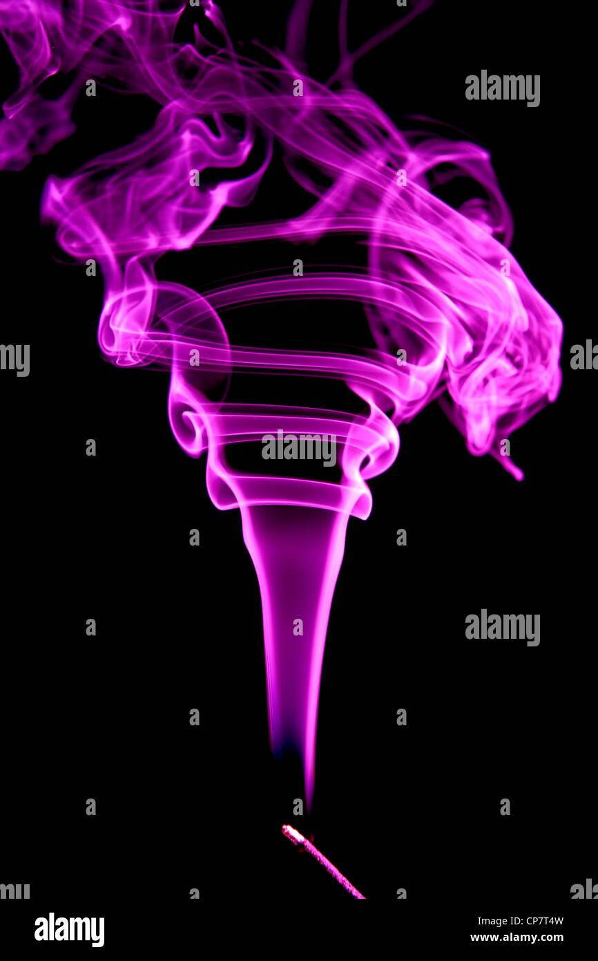 Púrpura de humo de incienso. Imagen De Stock