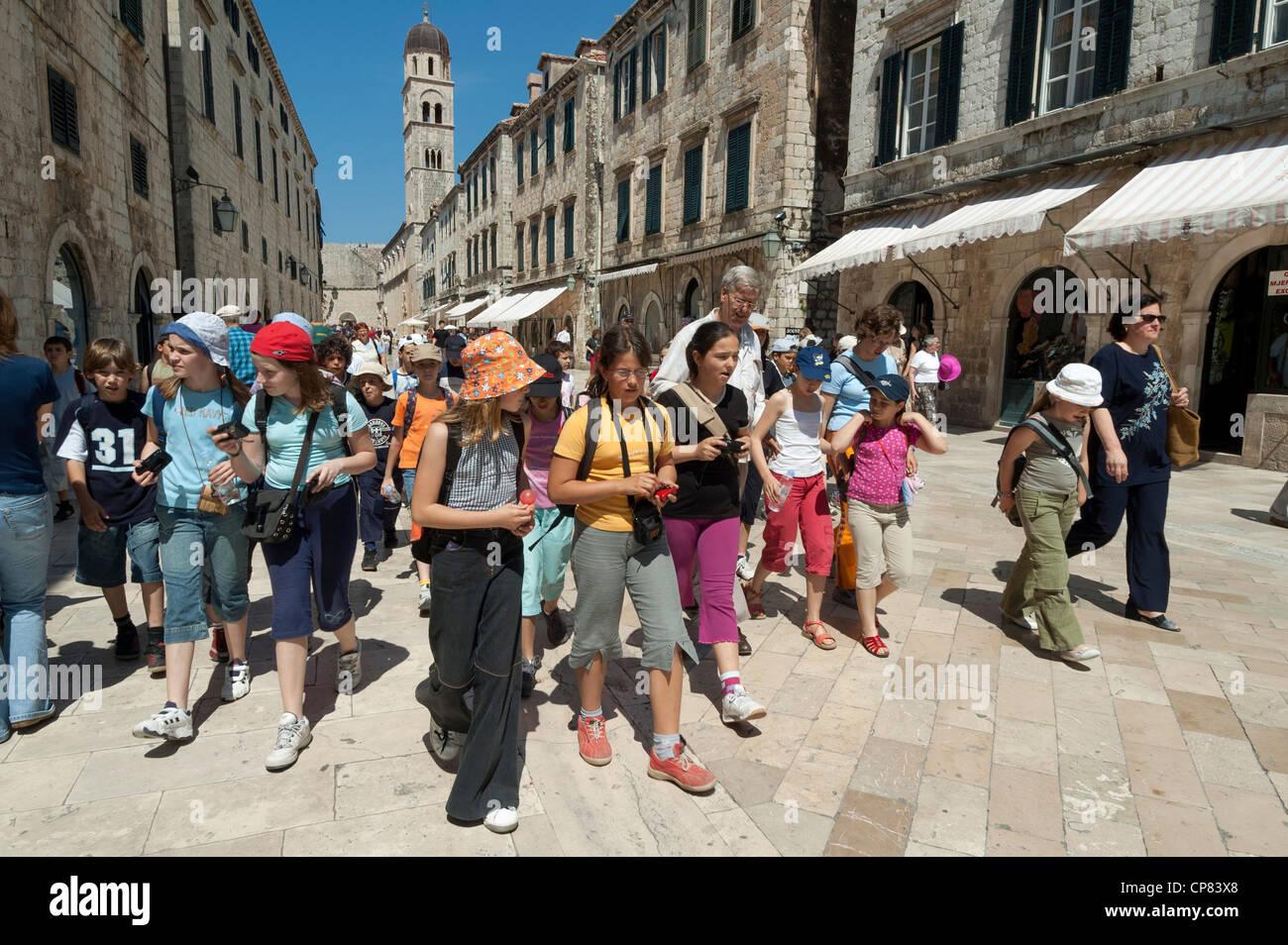 Los niños de la escuela y los maestros en una escuela del Grupo viaje a Dubrovnik, Croacia, Europa Imagen De Stock