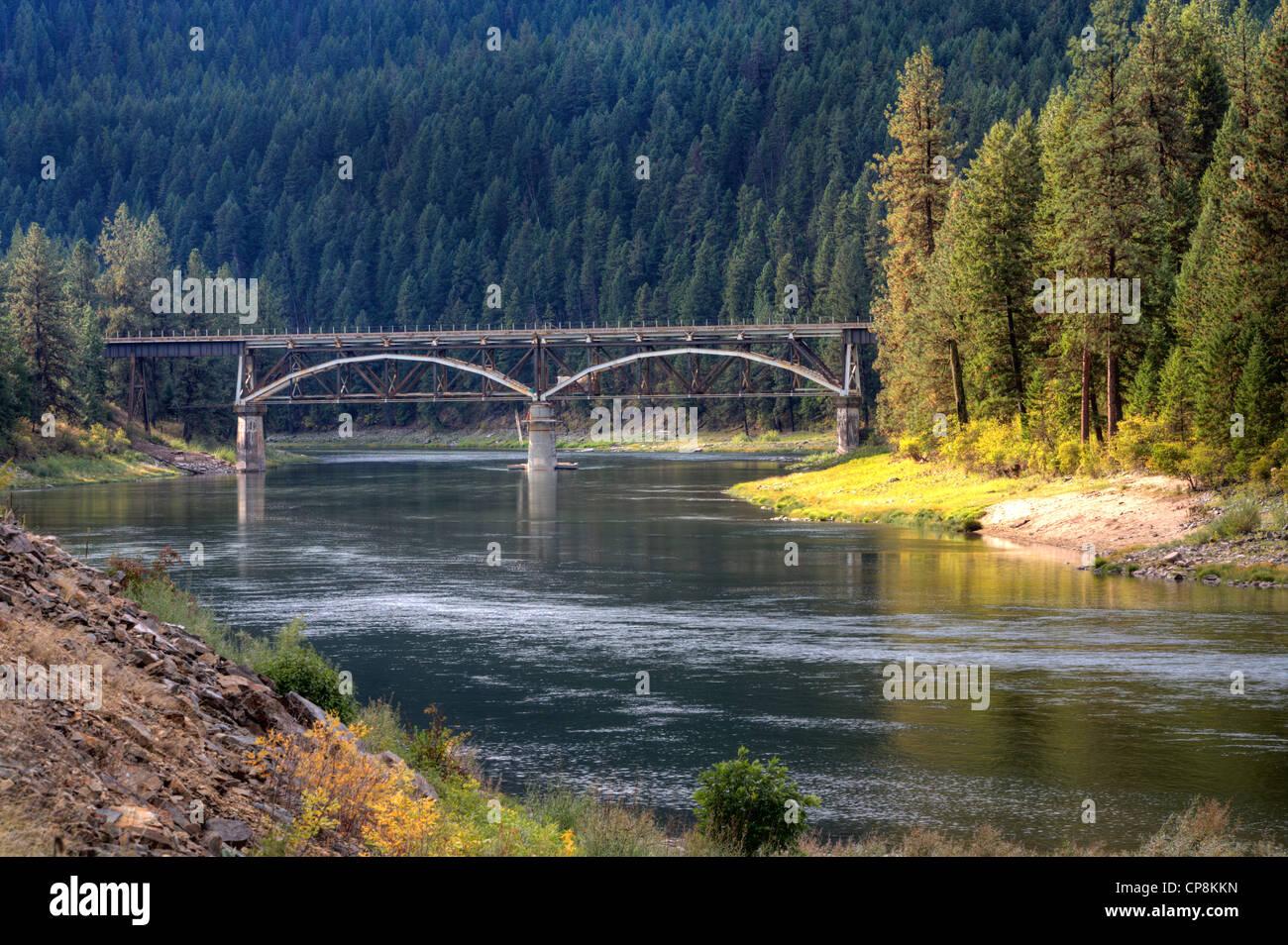 Un puente en la distancia se extiende sobre el río Flathead en Montana. Imagen De Stock