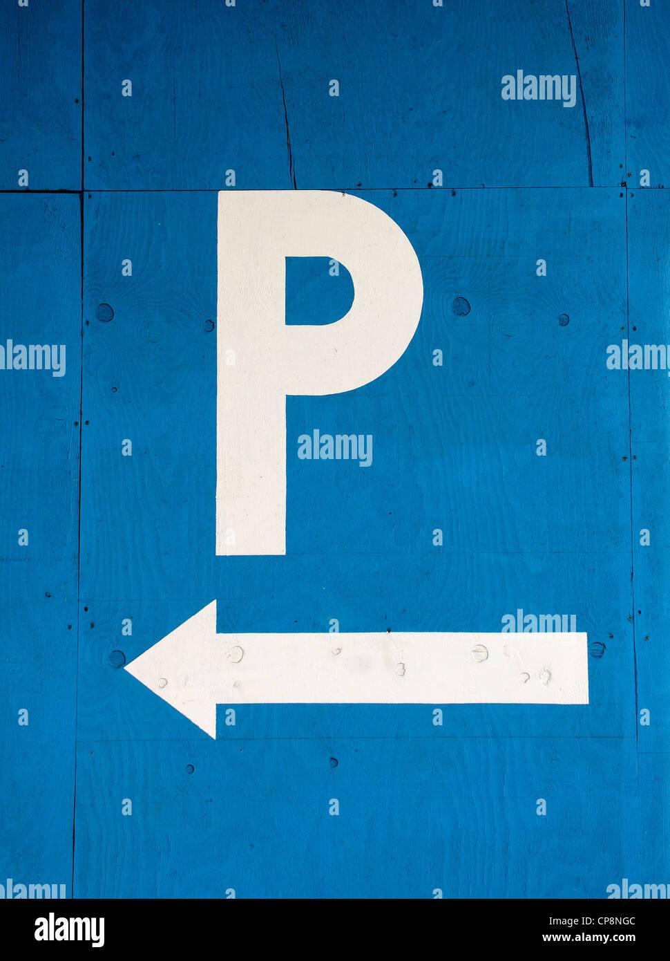Un ' P ' señal de estacionamiento sobre un fondo azul. Imagen De Stock