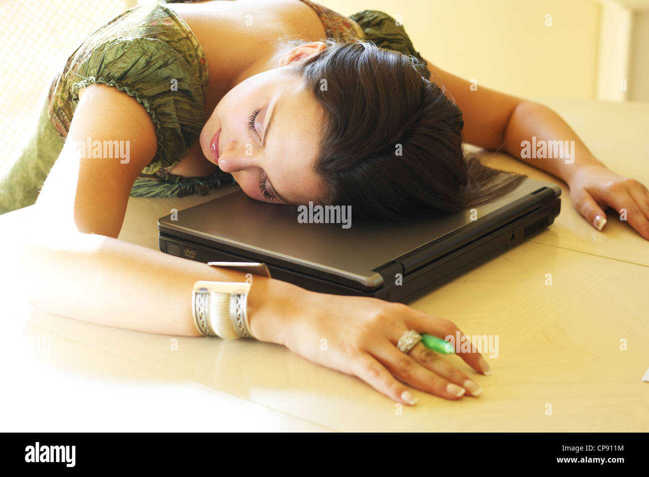 Niña dormida en portátil Imagen De Stock