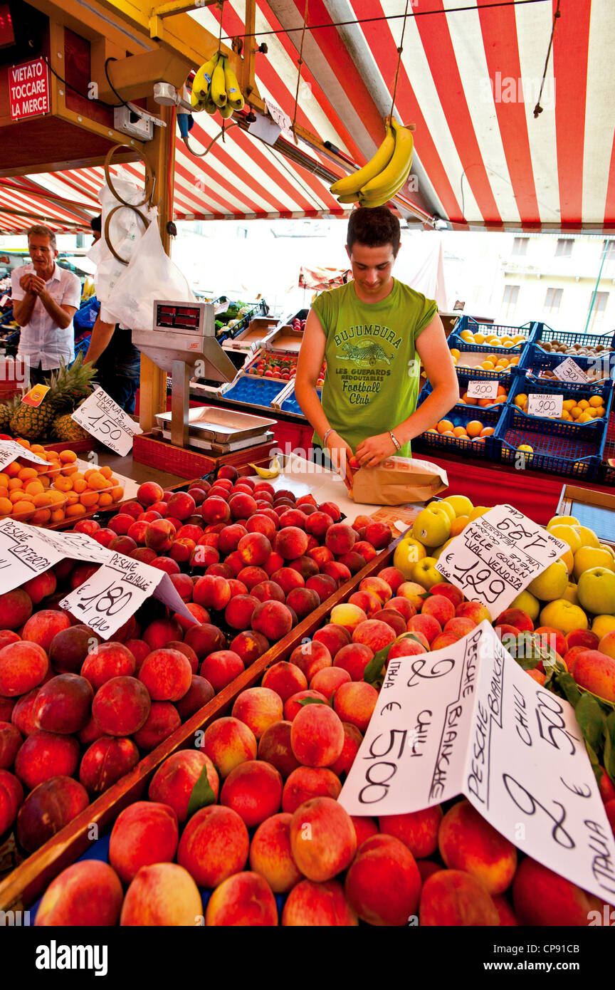 Europa Italia Turín Piamonte Crocetta puesto en el mercado de frutas Foto de stock