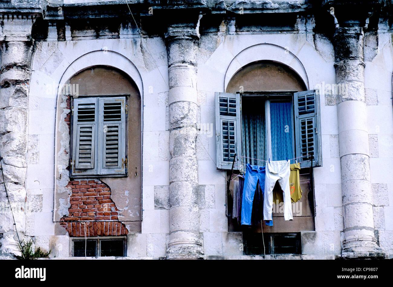 Ventanas del edificio parte del histórico Palacio de Diocleciano en Split, Croacia Imagen De Stock