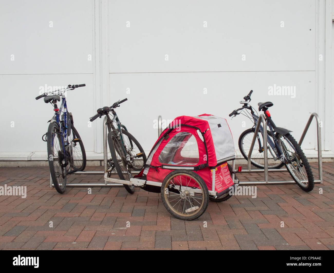 Con bicicletas y aparcamiento para bicicletas remolque de bicicleta. Imagen De Stock