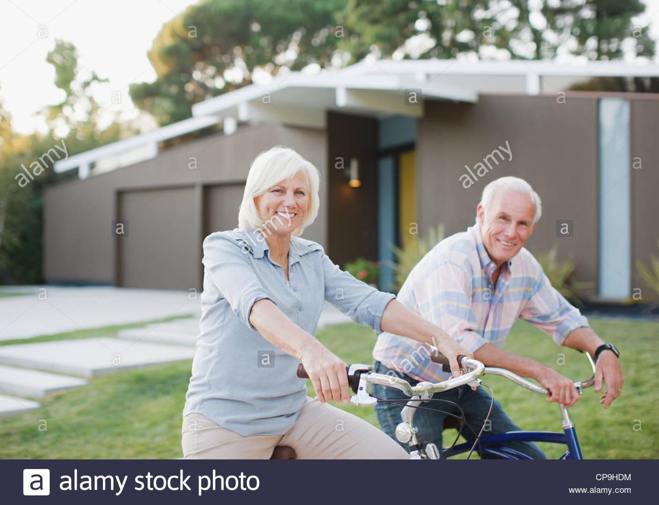 60-64 años, 65-69 años,ancianos,envejecimiento activo,bicicleta,bicicleta,pegado,California,ropa casual,caucásico,color Imagen De Stock