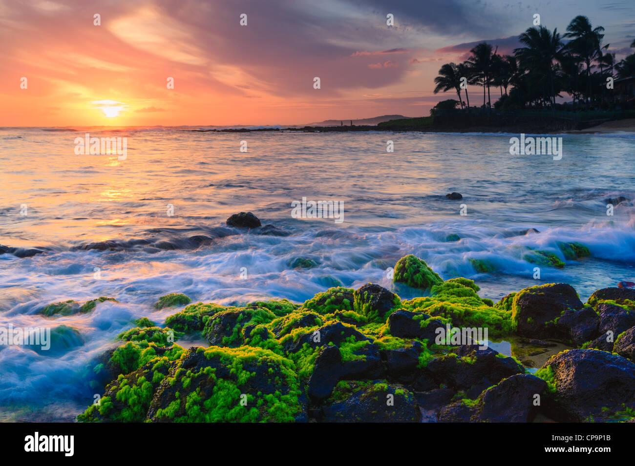 El atardecer en la famosa Playa Poipu, Kauai, Hawai Imagen De Stock