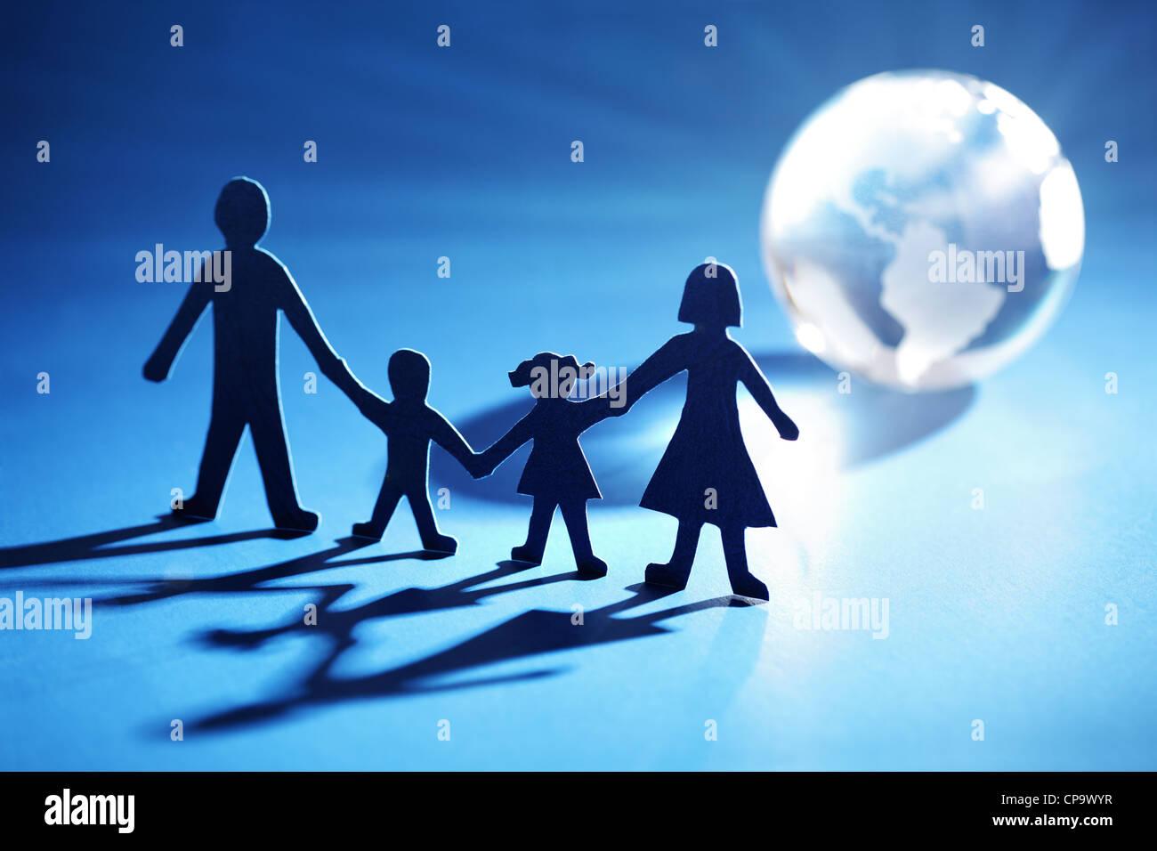 Papel de la familia en cadena hacia la luz Imagen De Stock