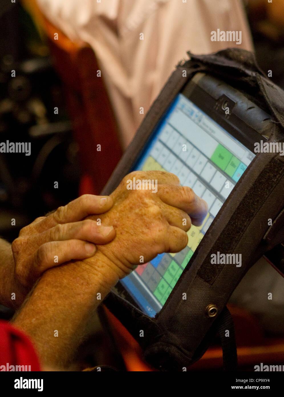 Discapacitados físicamente el hombre utiliza teclado especial en su silla de ruedas para comunicarse Imagen De Stock