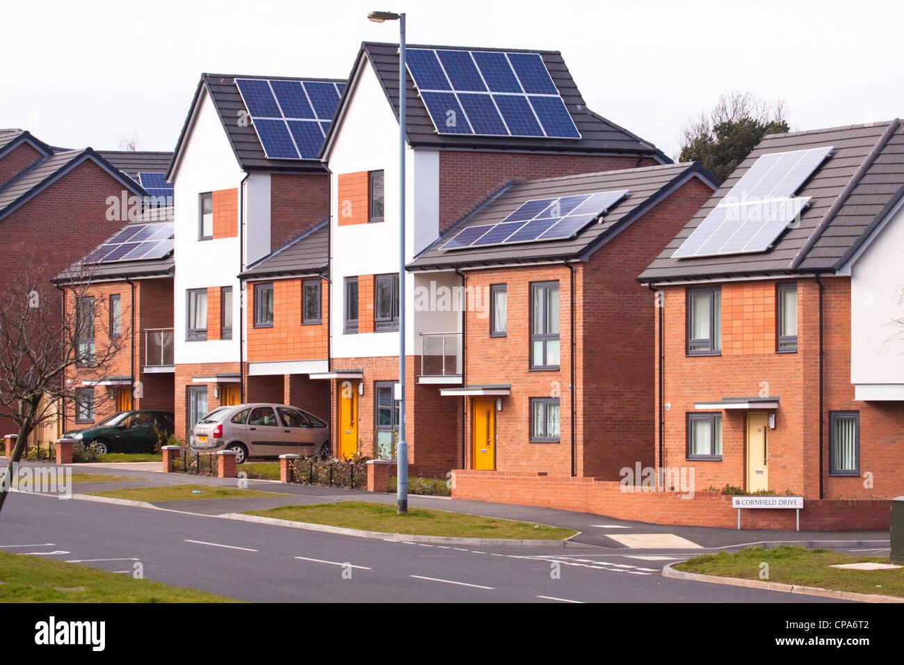 Nuevas viviendas con sistemas de paneles solares fotovoltaicos en el techo, Birmingham, Inglaterra, Reino Unido. Imagen De Stock