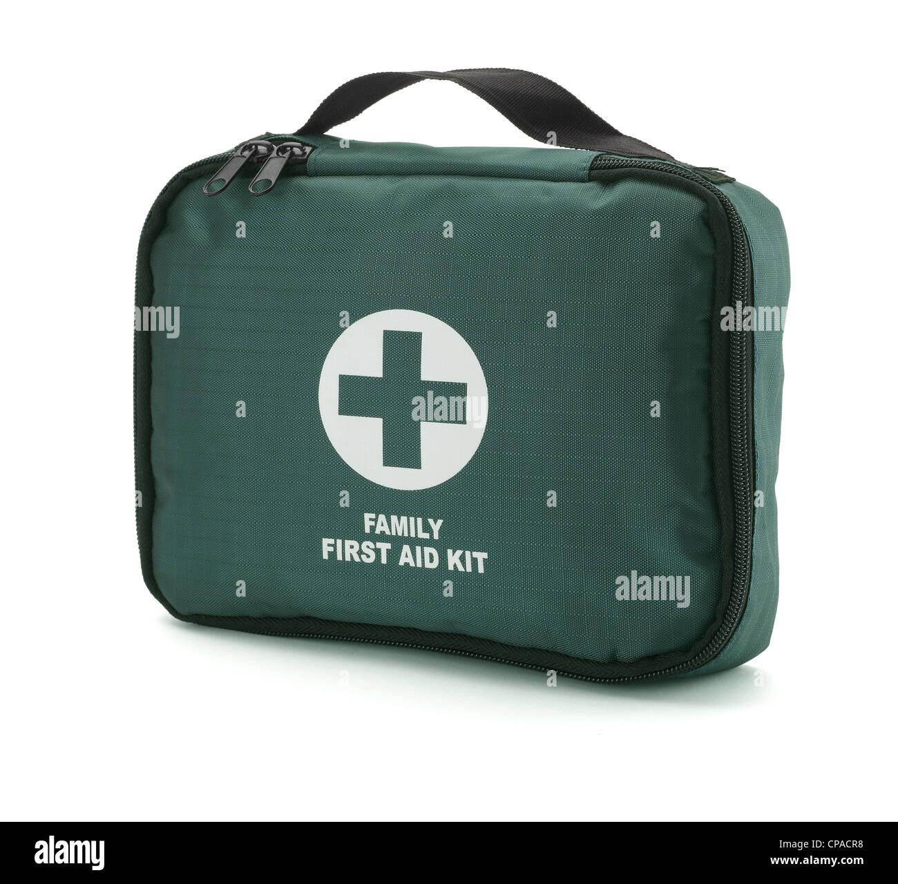 Un kit de primeros auxilios verde aislado en blanco con trazado de recorte Imagen De Stock