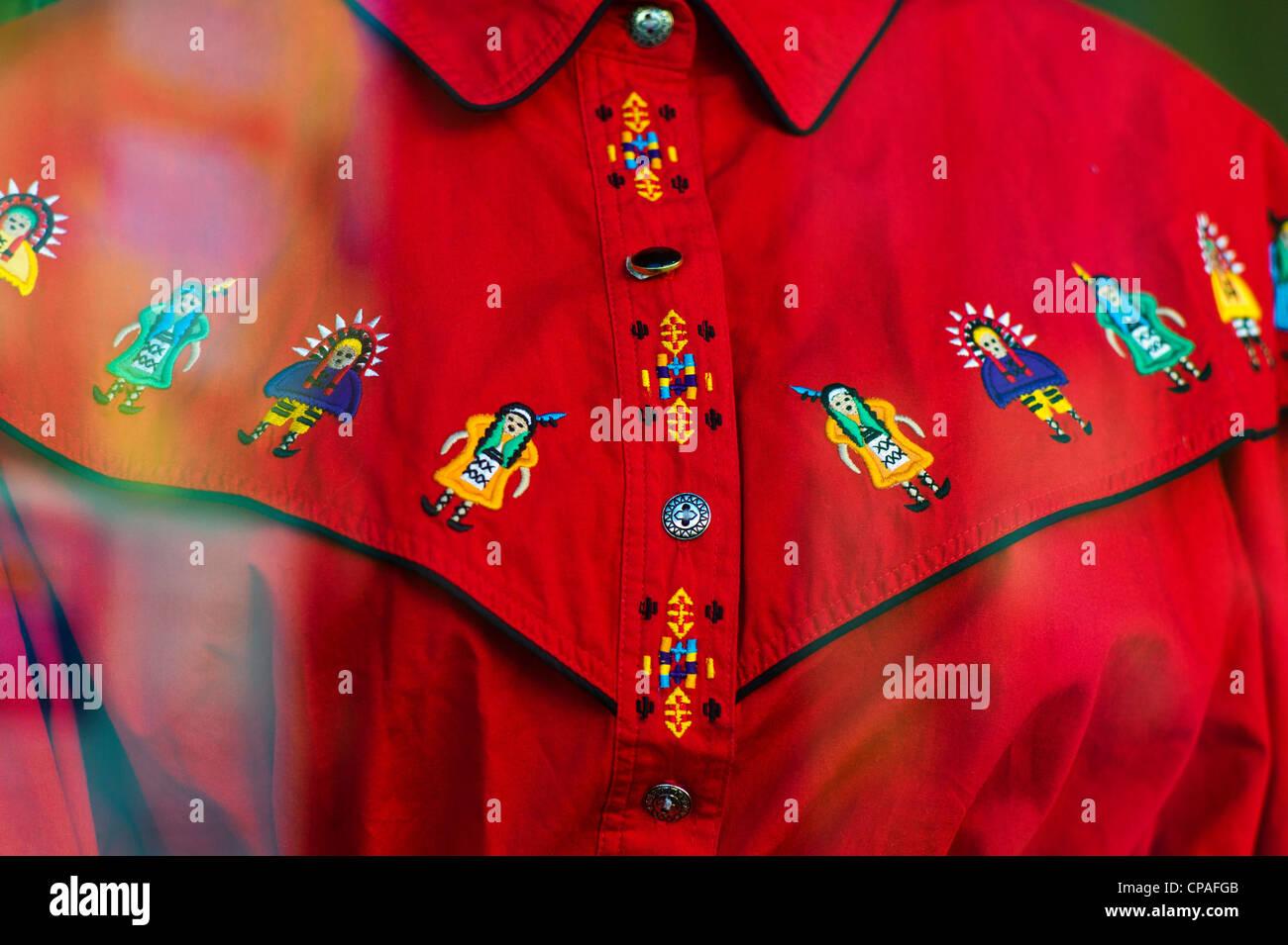 Western cowgirl camisa bordada en la pantalla en una ventana de la tienda.  Distrito histórico 05d019bfa0bad