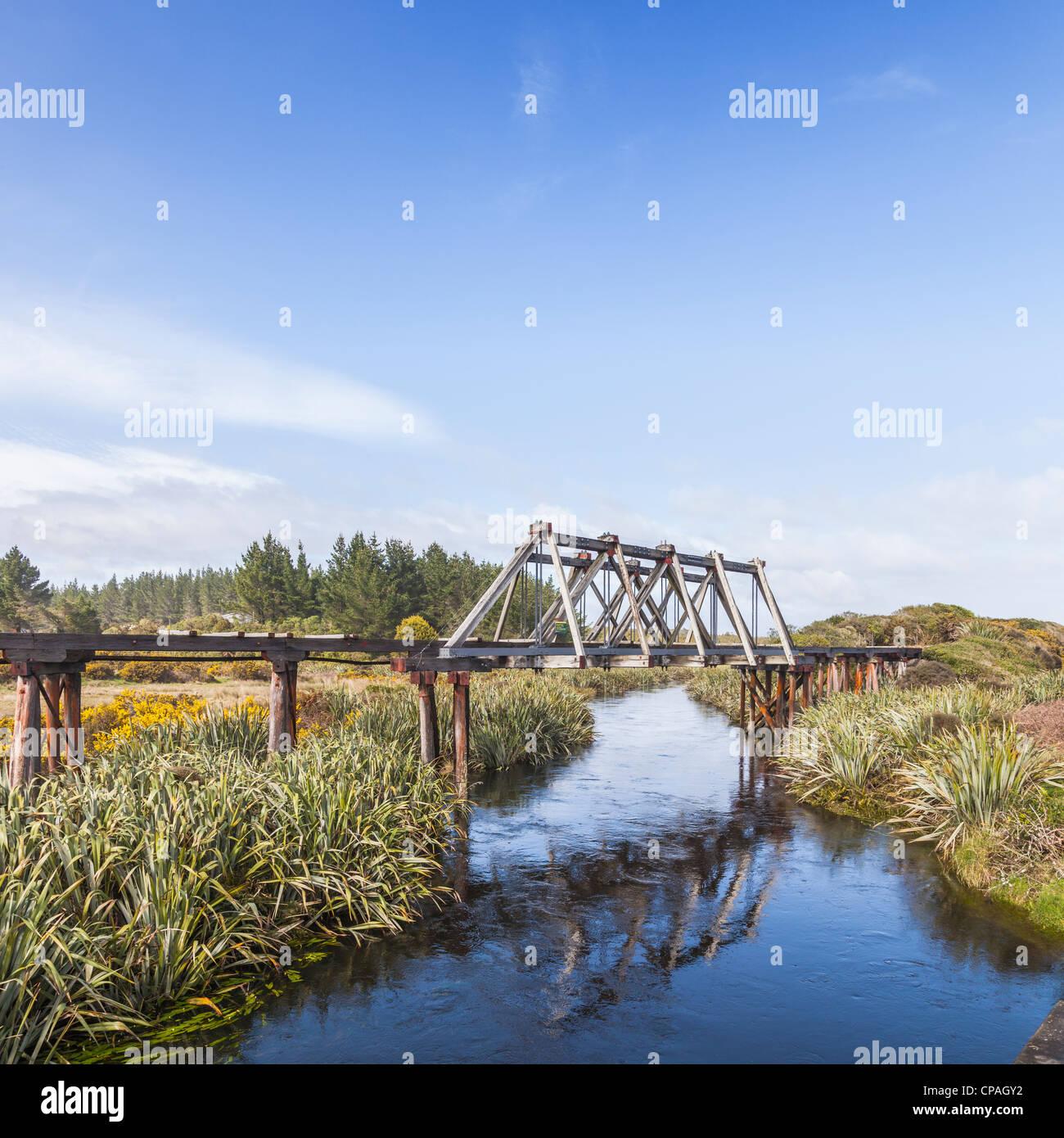Antiguo puente de ferrocarril más cerca Hokitka Mahinapua Creek, en la región de la costa oeste de Nueva Zelanda. Foto de stock