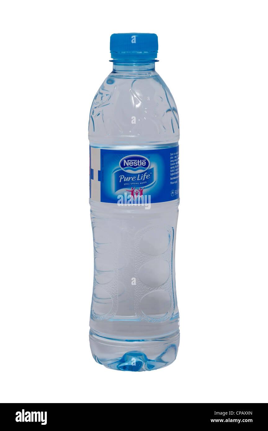 Una botella de Nestlé Pure Life todavía un manantial de agua sobre un fondo blanco. Imagen De Stock