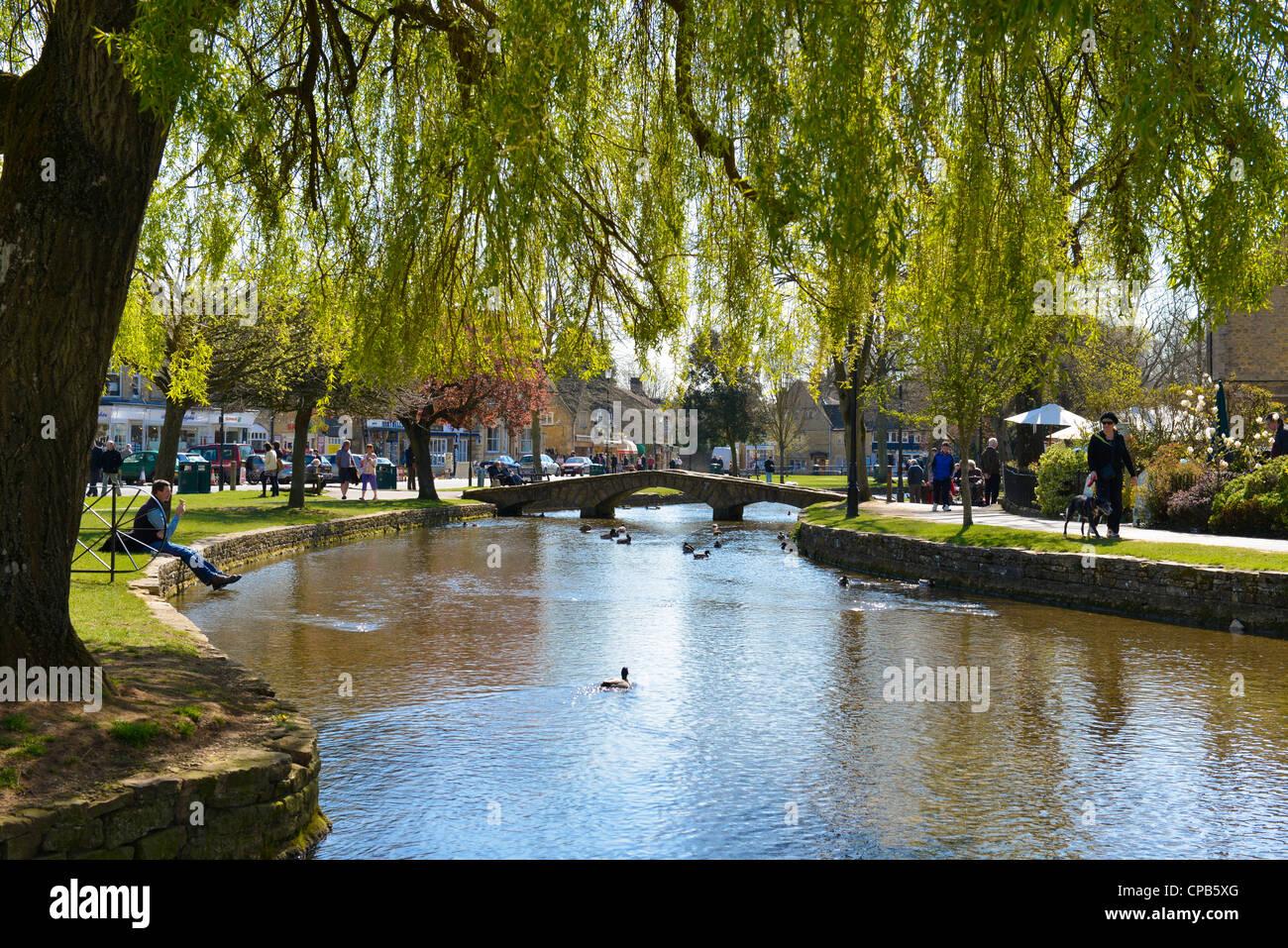 El pueblo de Bourton-on-the-agua, Gloucestershire, Inglaterra. Río Windrush. Imagen De Stock