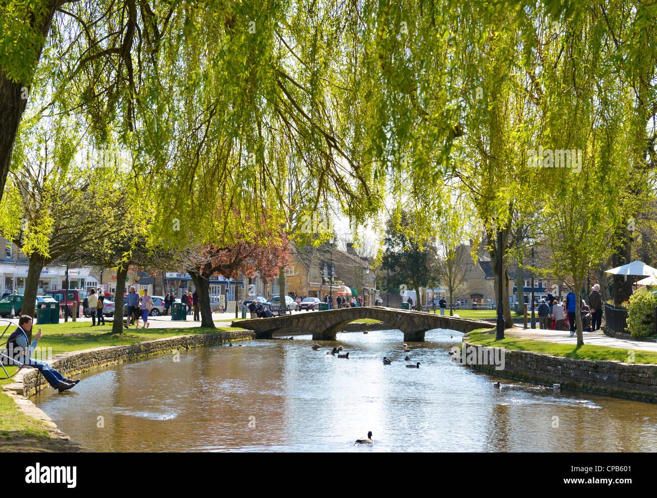 El pueblo de Bourton-on-the-agua, Gloucestershire, Inglaterra. Río Windrush. Foto de stock
