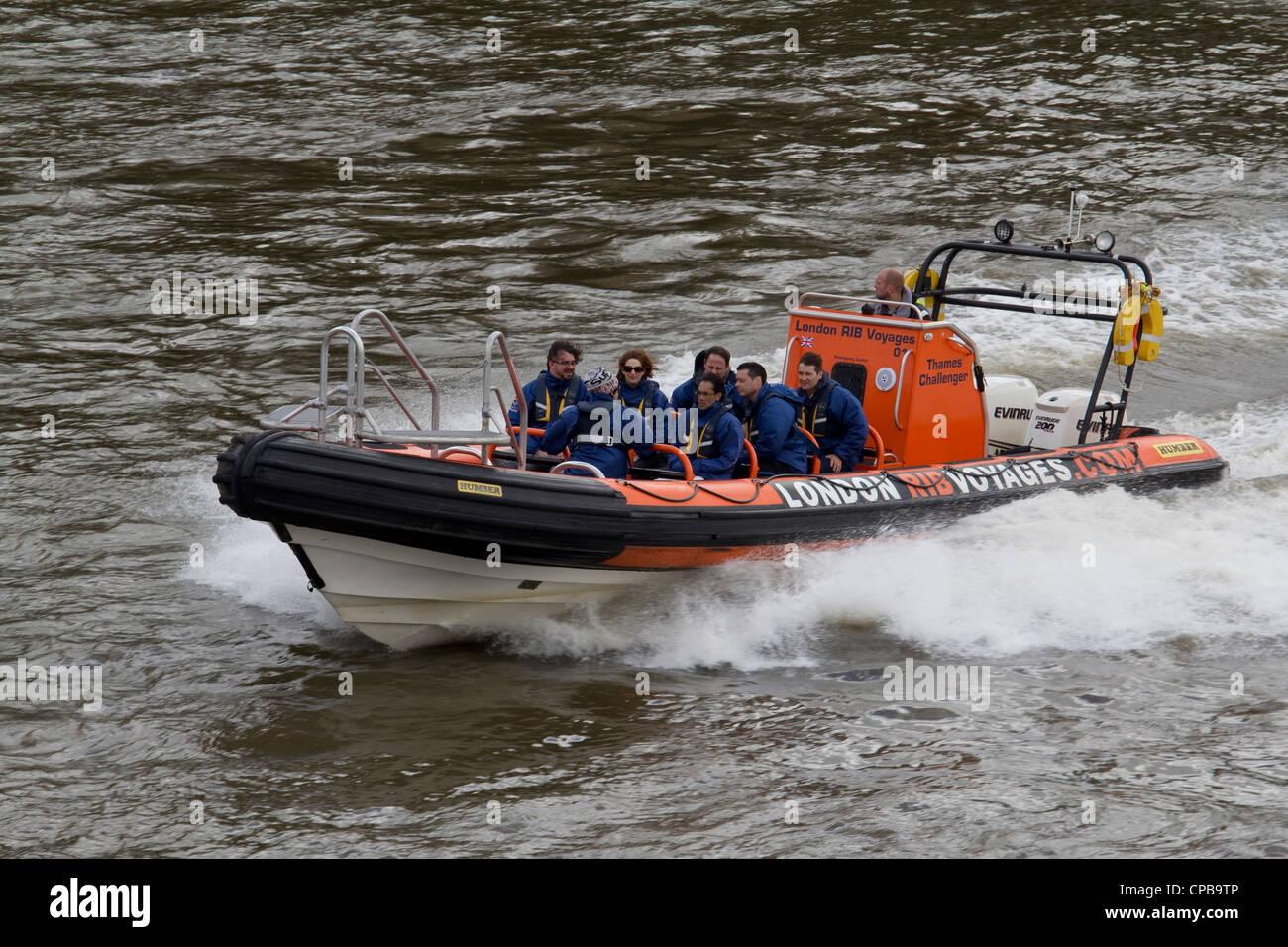 Londres costilla voyage speedboat viaje de placer en Thames Imagen De Stock
