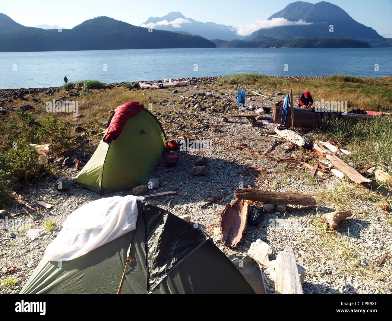 Camping en la Toba Inlet, BC, durante una expedición en kayak de mar, kayak de mar en la desolación de Imagen De Stock