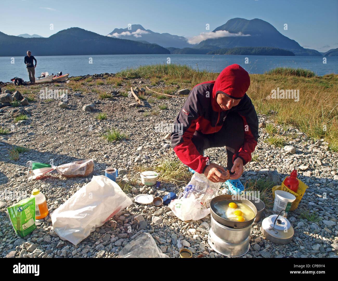 Campamento cocinar, Toba Inlet, BC, durante una expedición en kayak de mar, desolación Sonido, British Imagen De Stock