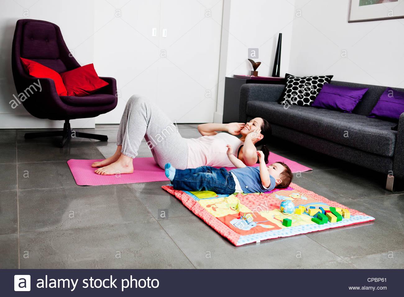 Una madre y su hijo el ejercicio en casa Imagen De Stock