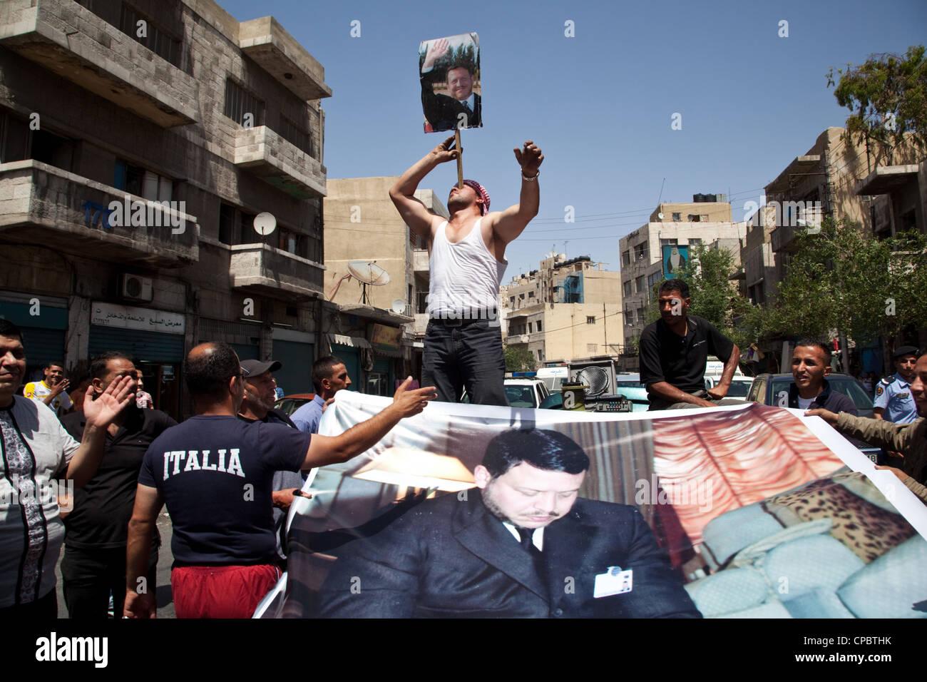 Los partidarios del rey Abdullah II en Amman, Jordania. Imagen De Stock