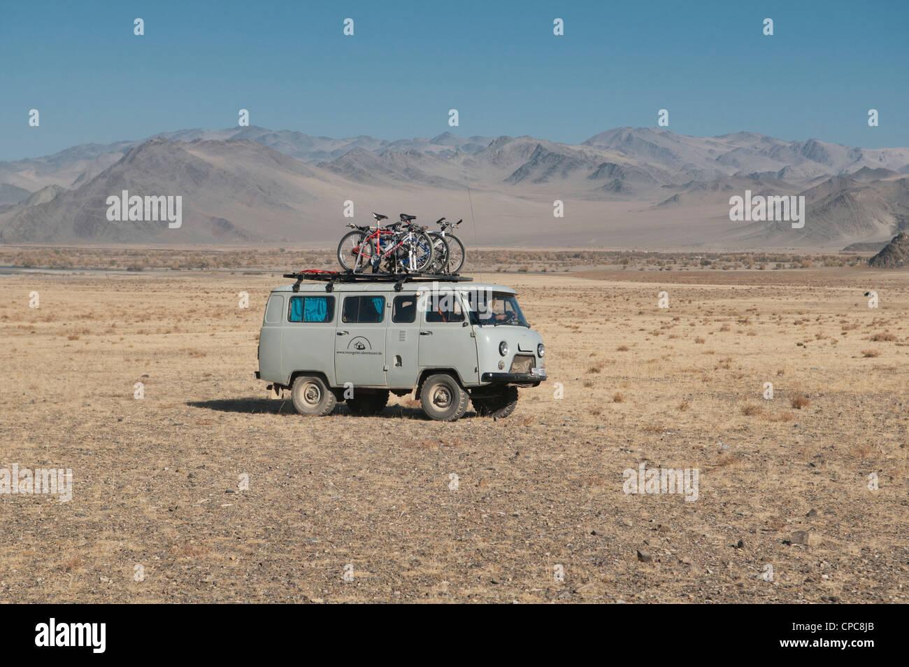 Una camioneta Furgon cargado touring ruso en la región de Altai de Mongolia occidental Foto de stock