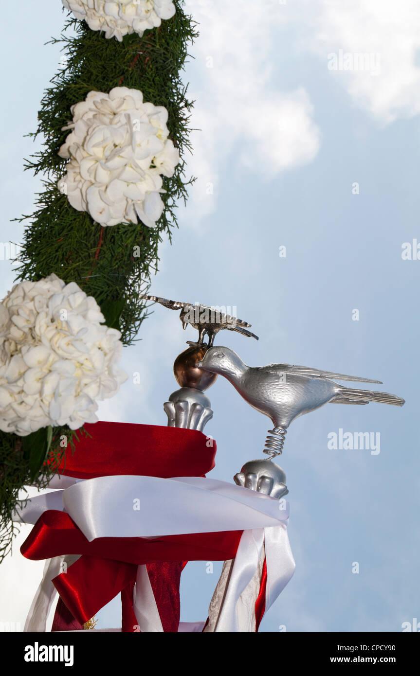 Detalle de accesorios y blanco / gris paloma usado en el Espíritu Santo (Espíritu Santo) Azores festividades. Foto de stock