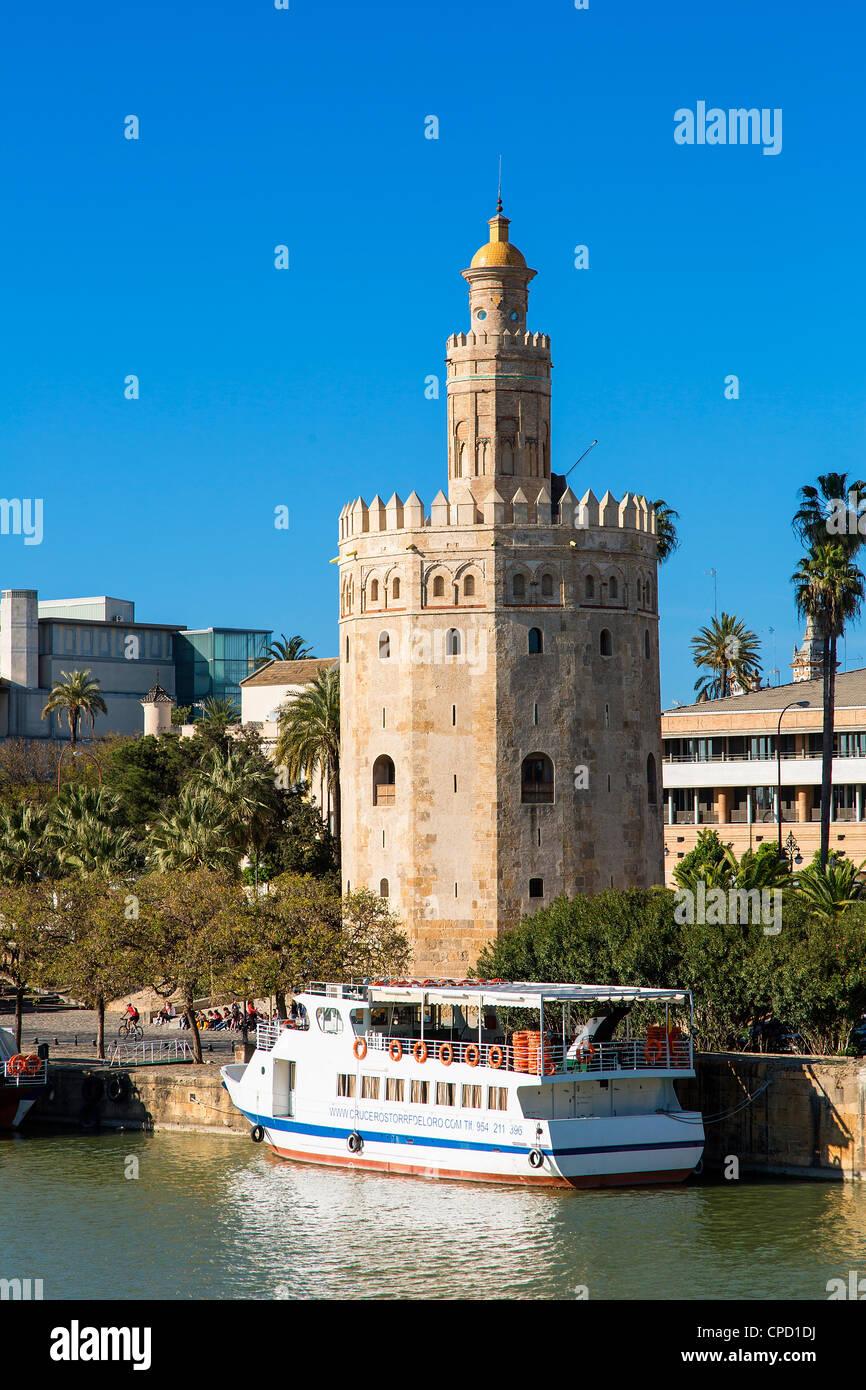 España, Andalucía, Sevilla, la Torre del Oro en la zona ribereña Imagen De Stock