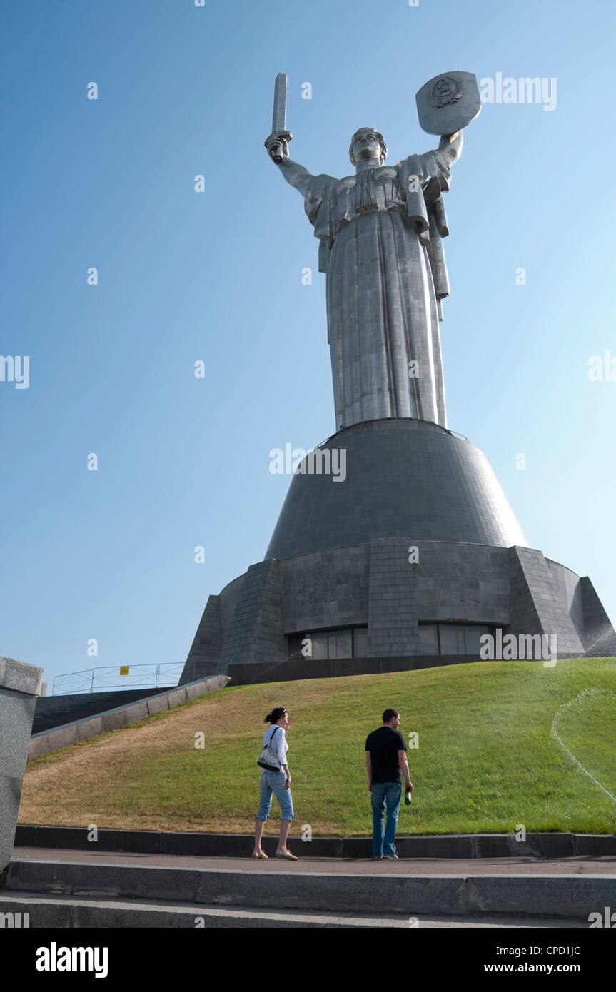 Estatua de la madre patria (Rodina Mat) y el Museo Nacional de Guerra, Kiev, Ucrania, Europa Foto de stock