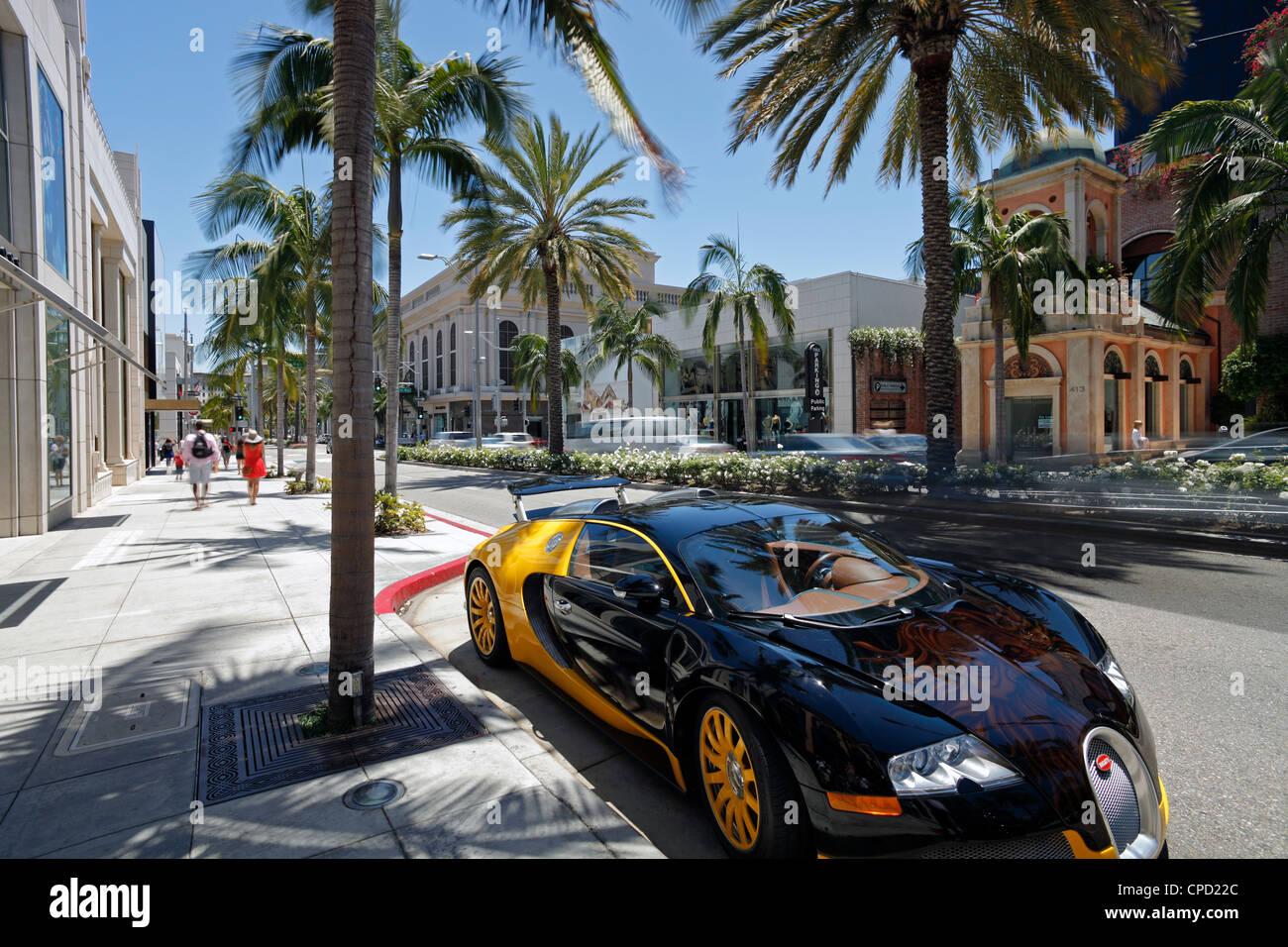 Coche de lujo estacionados en Rodeo Drive, Beverly Hills, Los Ángeles, California, Estados Unidos de América, Imagen De Stock