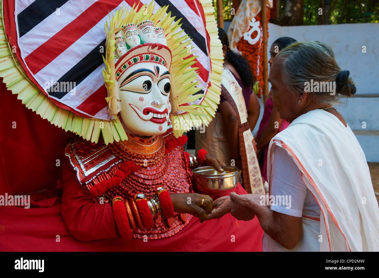Representación de un dios hindú, Teyyam ceremonia, cerca de Kannur, en Kerala, India, Asia Foto de stock