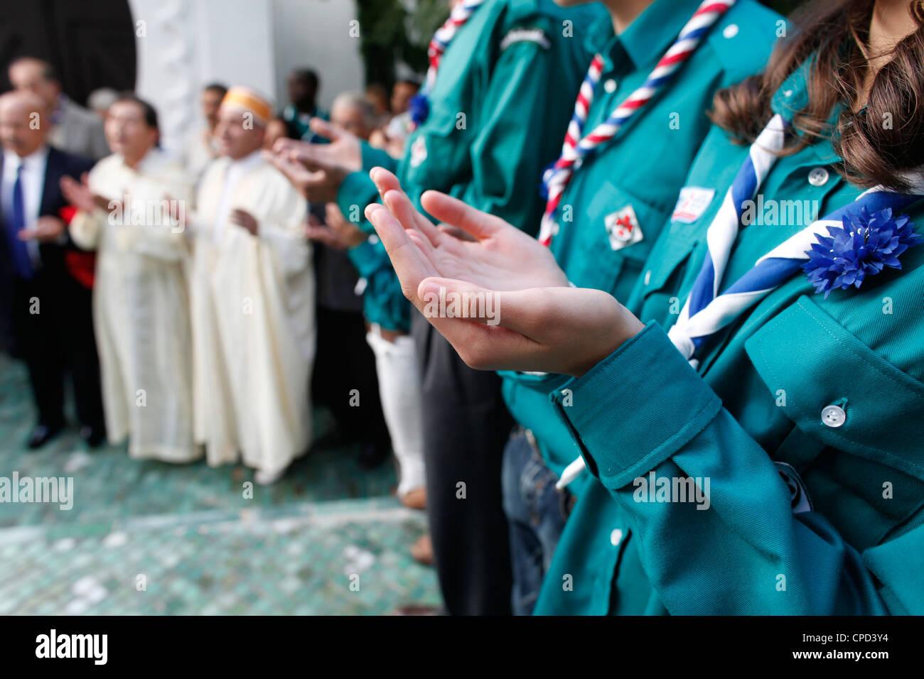 Muslim Scouts orando, París, Francia, Europa Imagen De Stock