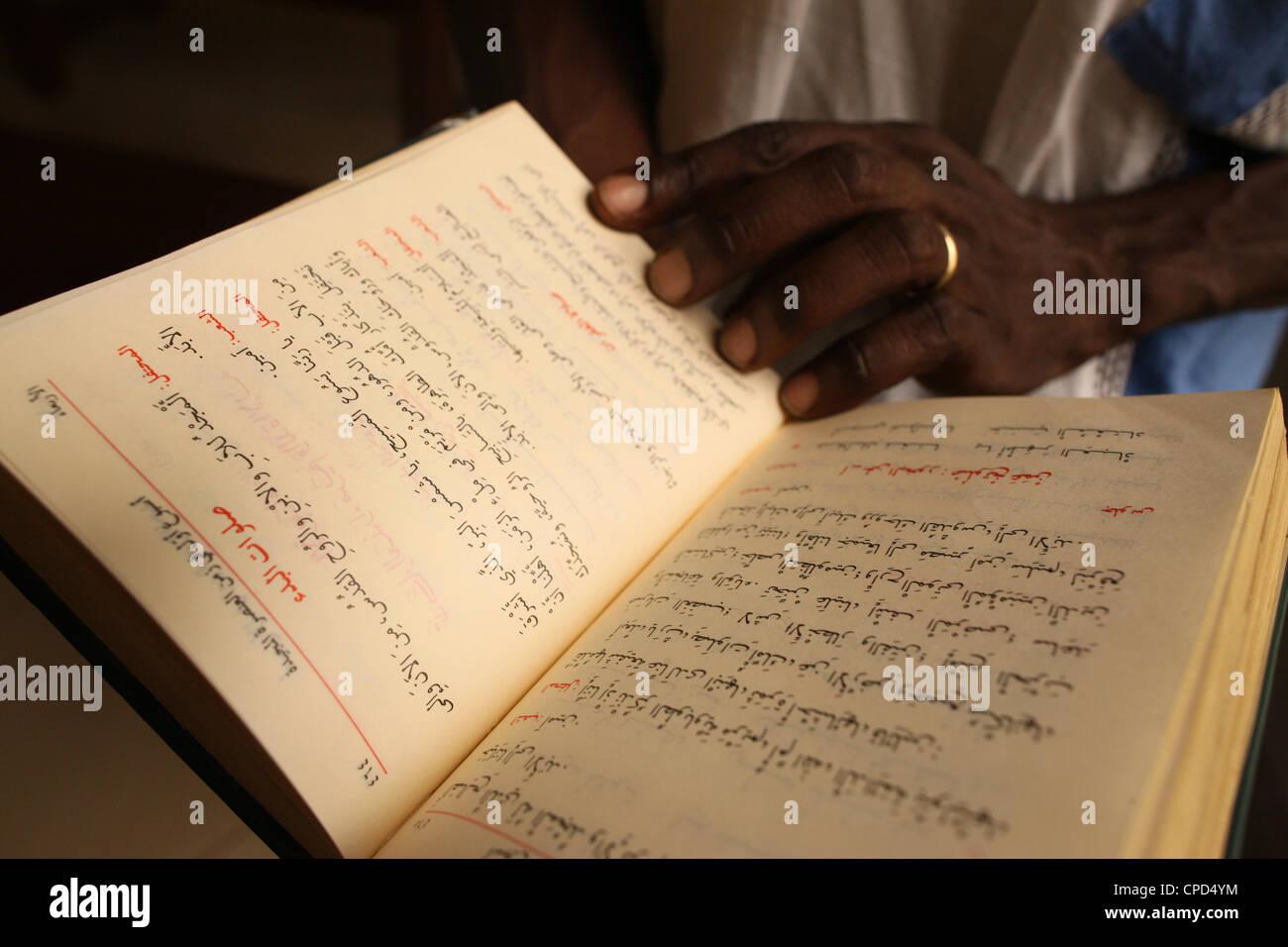 Biblia árabe en la iglesia Maronita, en Lomé, Togo, África occidental, África Imagen De Stock